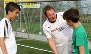 Tobias Kleiner mit jugendlichen TV-Fußballern